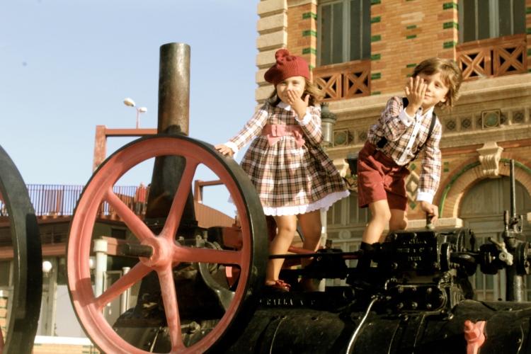 moda infantil para pequeños con ropa a cuadros a juego