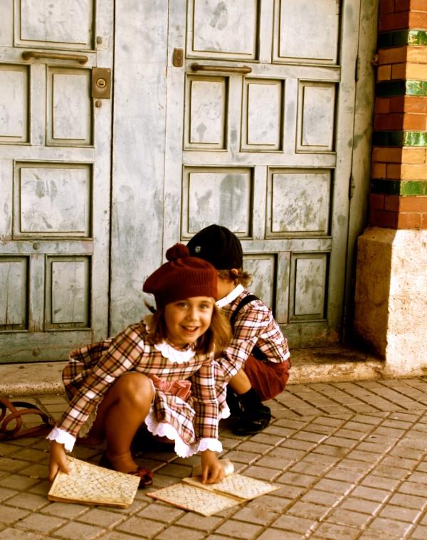 imágenes moda infantil tradicional burdeos