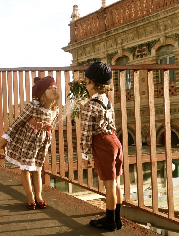beso niños al tardecer moda infantil