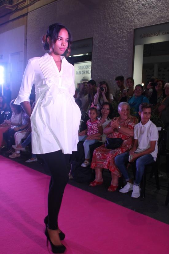 precioso desfile moda niños con premamá blanco