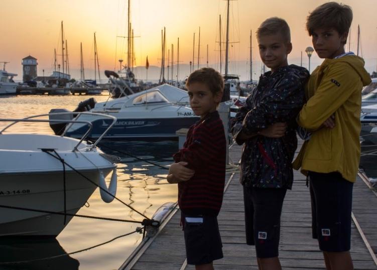 con la puesta de sol moda niños