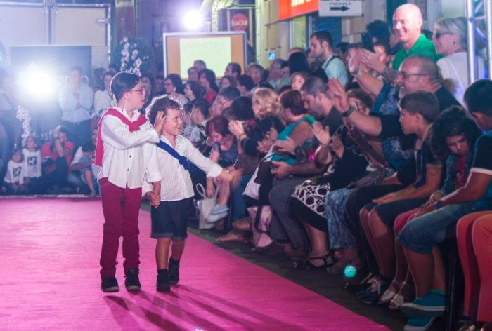saludando a sus fans en moda niños