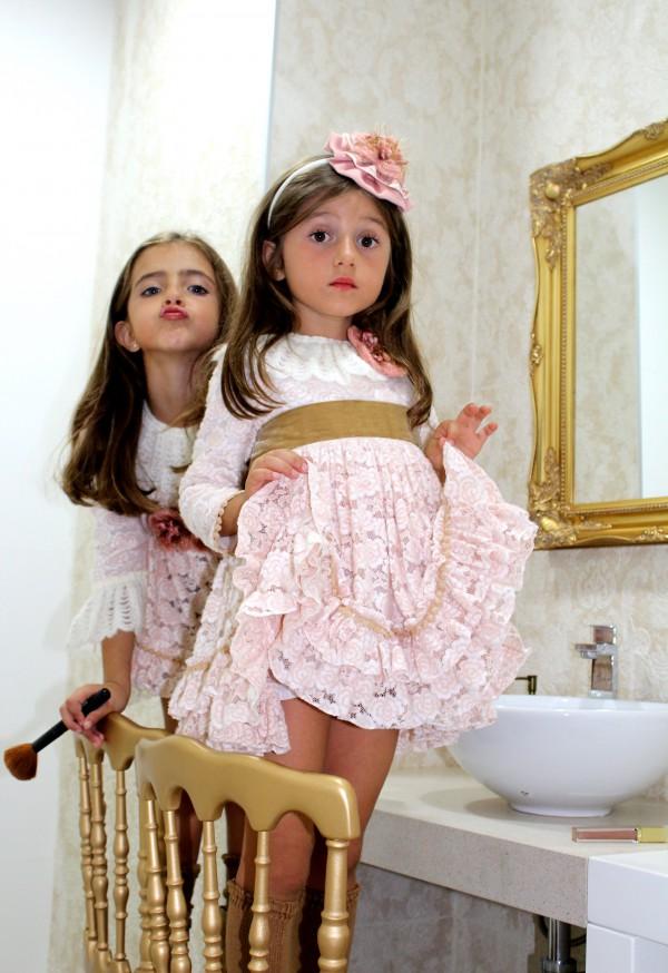 Autenticas princesas con trajes sofisticados en moda infantil