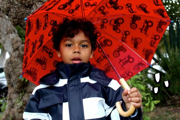 moda infantil almeria presenta su colección de sombrillas a juego con botas