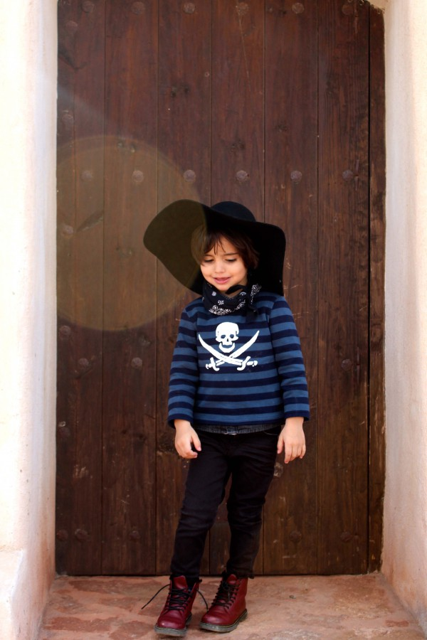 look trendy moda infantil niño con gabardina y camiseta de rallas marinera