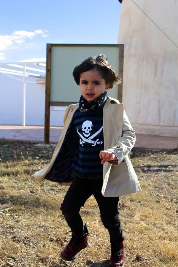 look con gabardina para niño con look casual y botines burdeos de dr martens moda infantil almeria