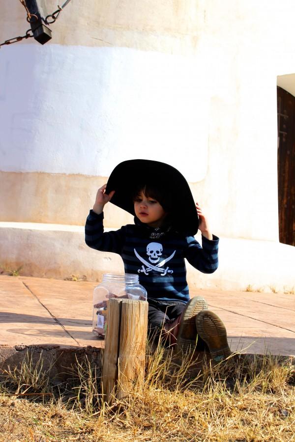 moda infantil almeria con look casual camiseta de rallas pirata azul y negra con pitillo negro y botines dr martens