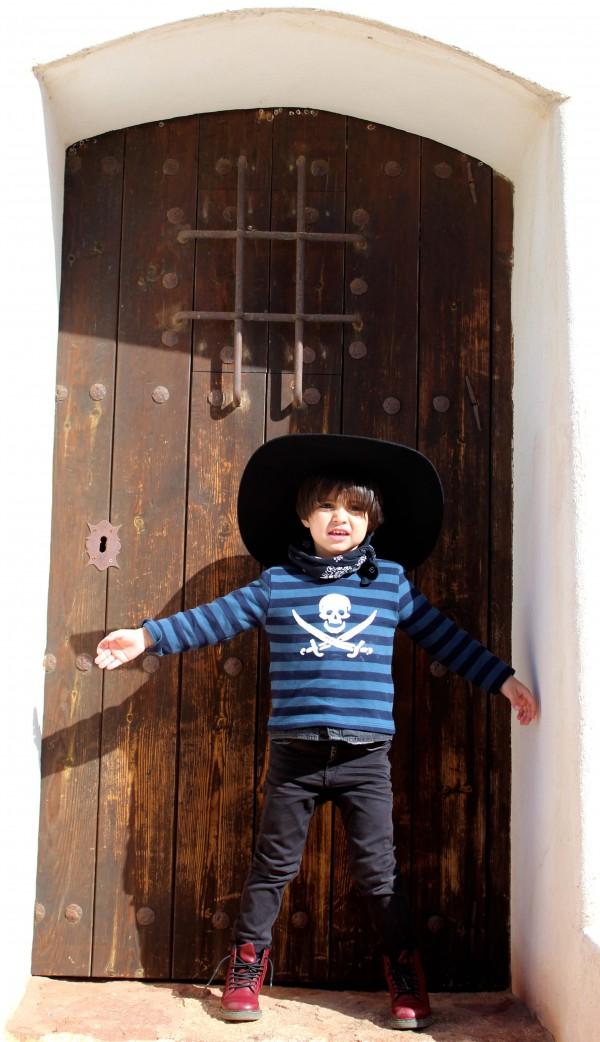 camiseta de rayas azul y negra con pitillo negro y botines dr martens moda infantil almeria