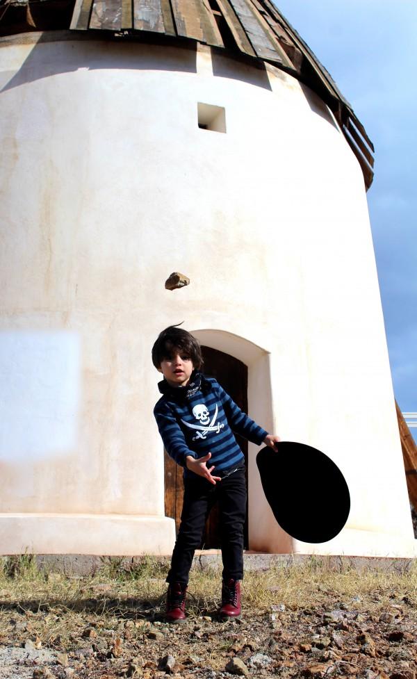 moda infantil amerita con un look casual camiseta de rayas marinera azul y negra y motivo pirata moda infantil almeria
