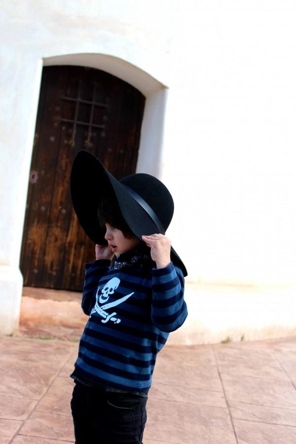 modelo casual con camiseta de rayas motivo pirata moda infantil almeria