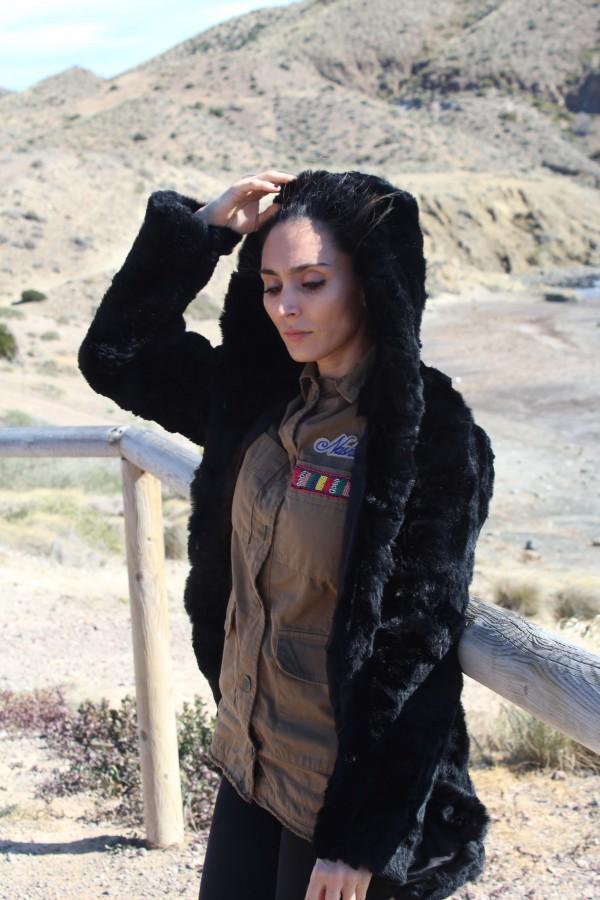 look militar para mamás con estilo