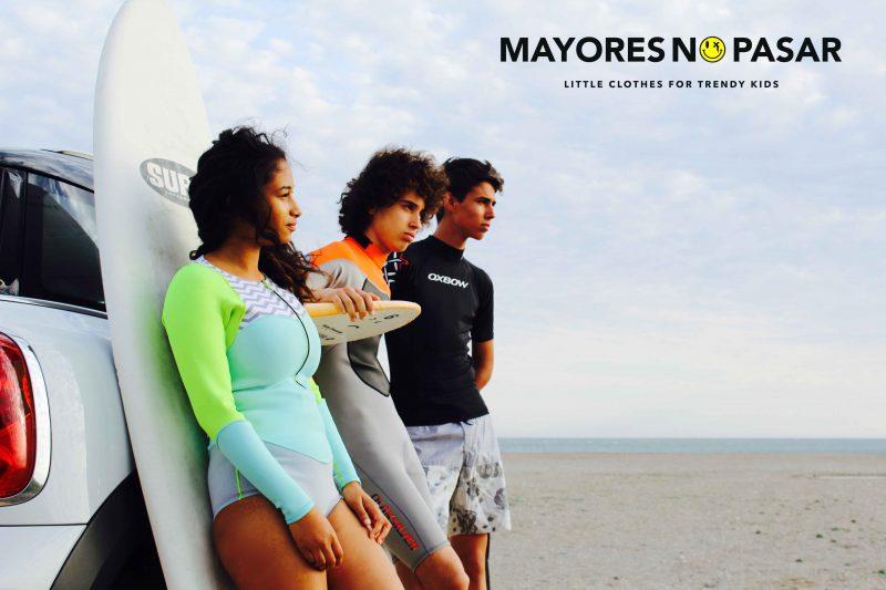 chicos muy trendy este verano surfeando con sus neoprenos flúor de roxy