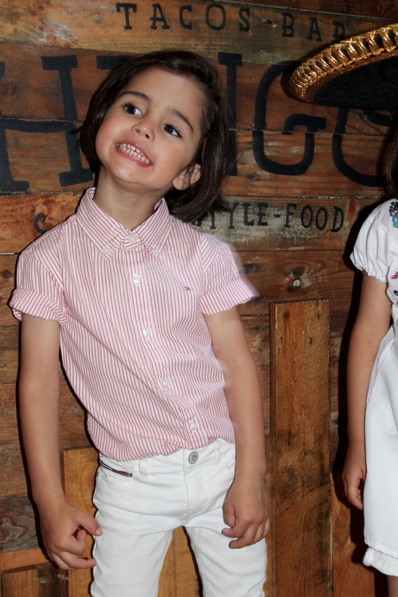 moda infantil con looks muy fashion y camisa de niña blanca con tachuelas totalmente artesanal mejicana