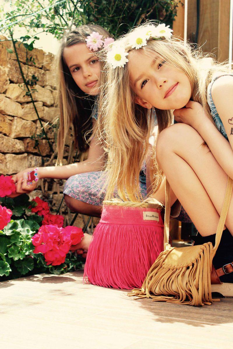moda muy hippie con muchas pulseritas y complementos para niñas