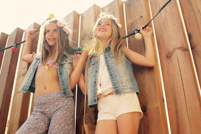 lo último en moda niños se impone este verano con looks muy chippies