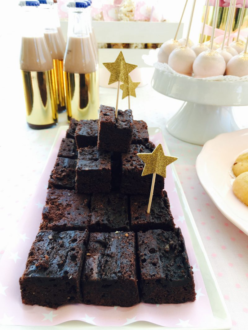 tarta de chocolate con estrellas doradas fiesta para niña en rosa