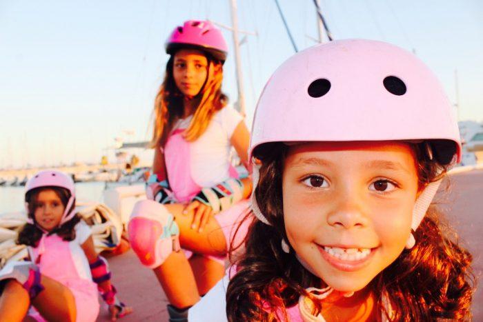 dia de patines sobre ruedas y con mucho estilo moda infantil almería petos rosas