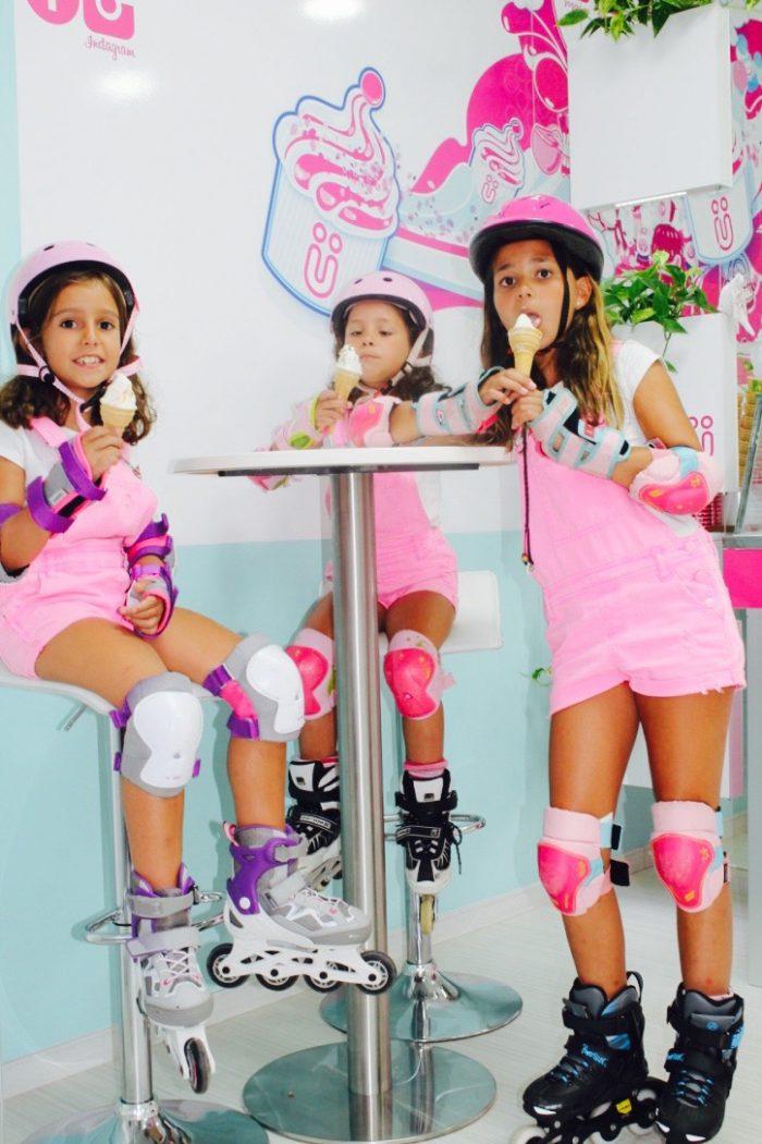 divertida tarde con helados petos rosas y muy equipadas para patinar