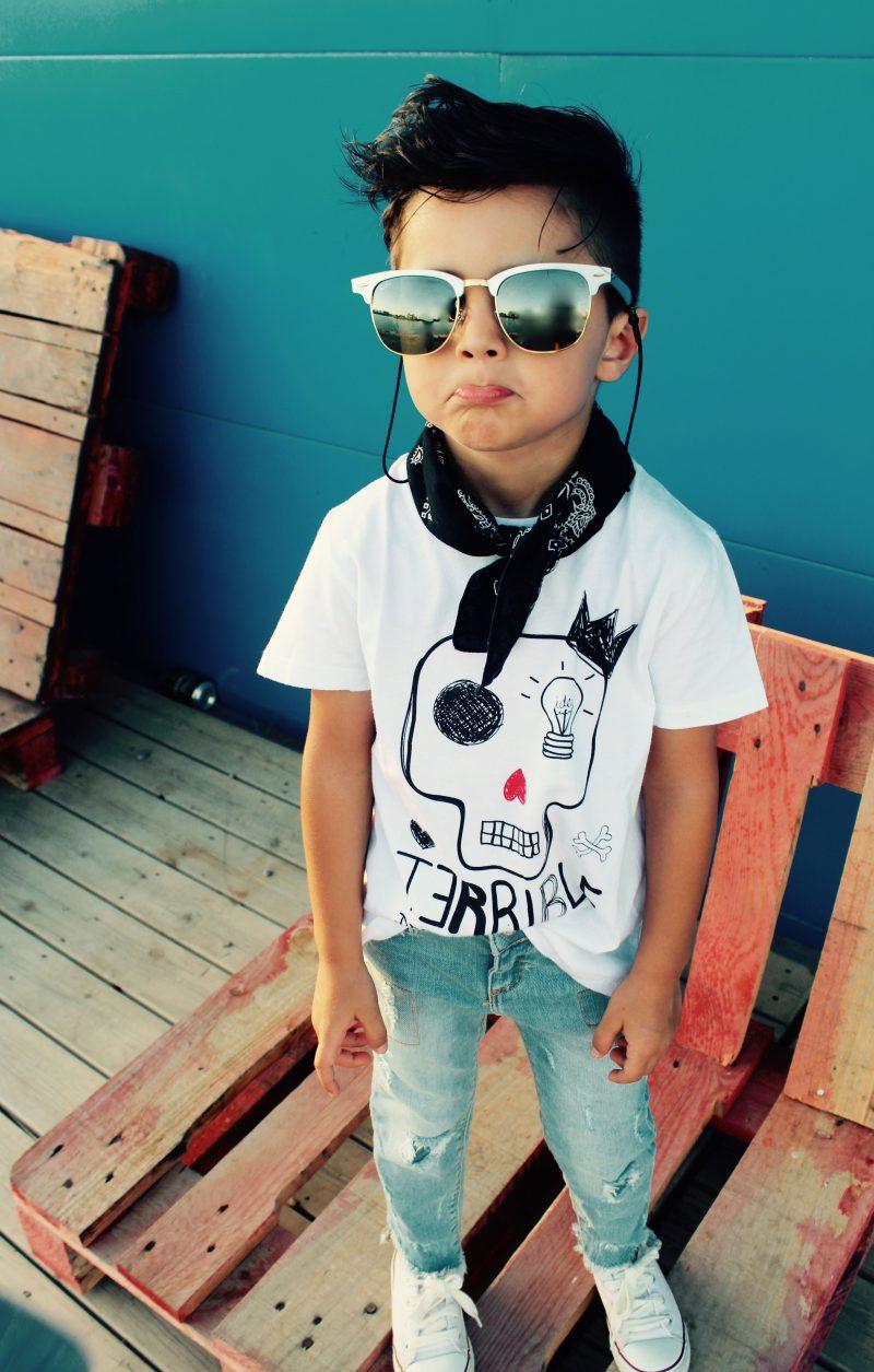 moda infantil almeria para peques muy trendy con camisetas de aire retro en blancas
