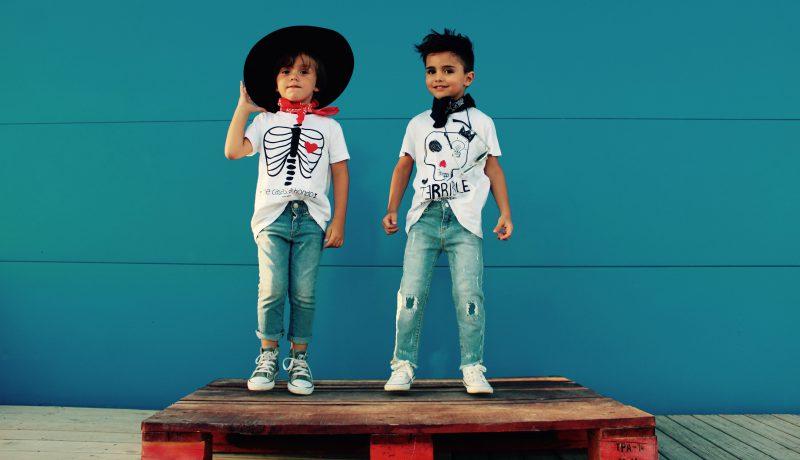 unos niños muy fashionistas con sus camisetas blancas de aire retro moda infantil almería