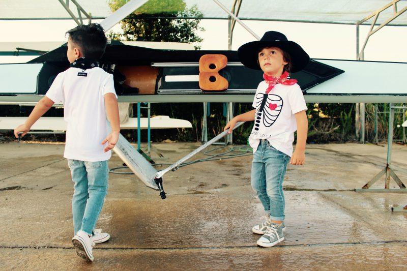 moda infantil niño muy trendy con camisetas blancas y negras de aire retro