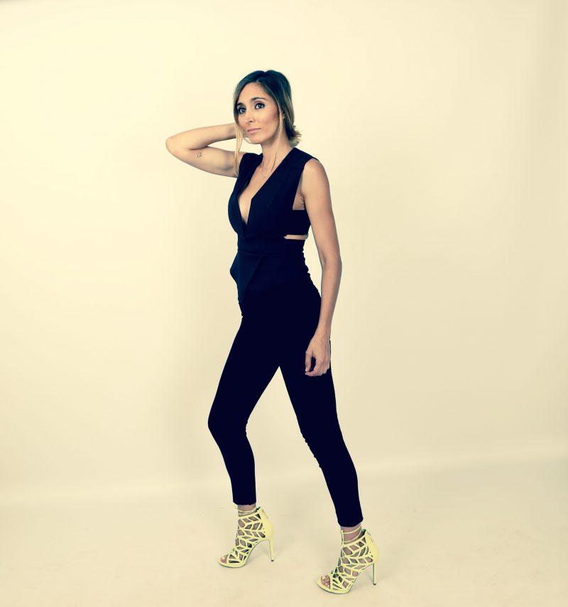 top negro y sandalias de guess para una mamá treny en nuestro blog de moda infantil