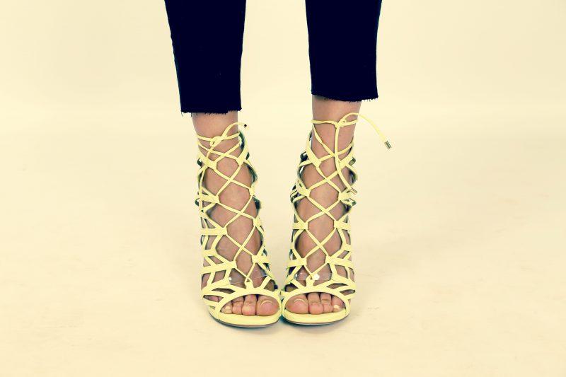 sandalias flúor de guess y top negro en nuestro blog de moda infantil sección mamá trendy