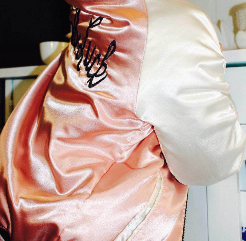 chaqieta rosa bomber reversible con detalles bordados preciosa para niña moda infantil
